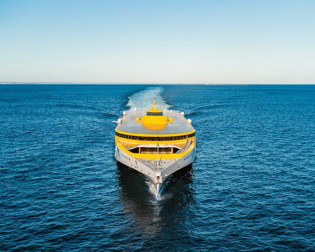 El nuevo trimarán de Fred. Olsen Express inicia su viaje hacia Canarias
