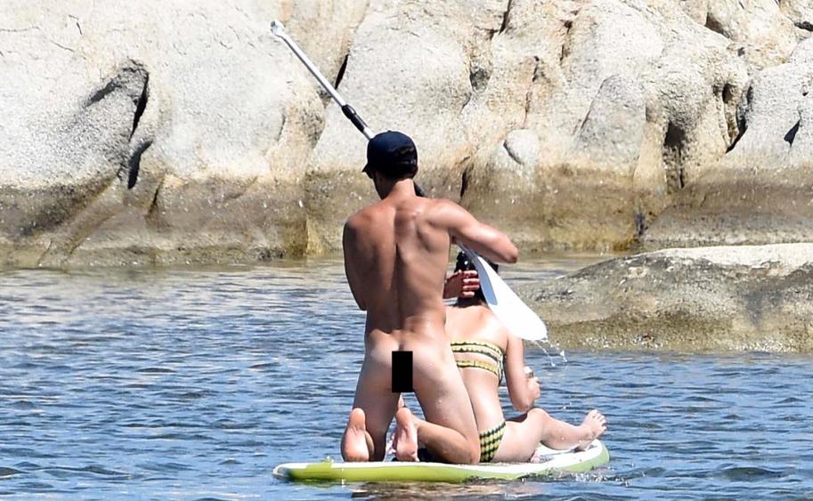 Katy Perrys Boyfriend Orlando Bloom Frolics The Beach -4460