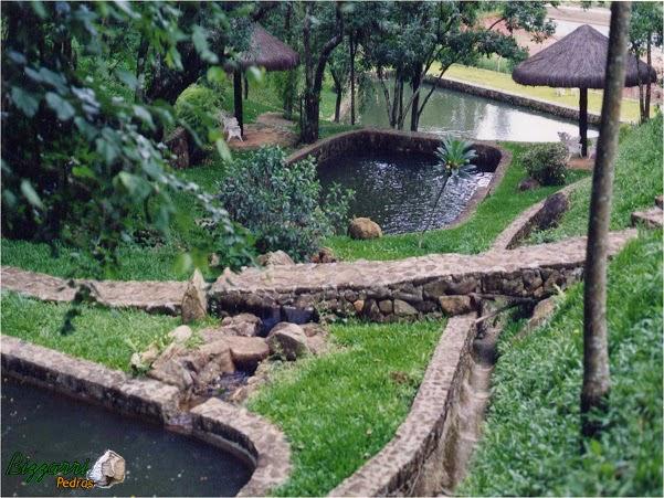 Execução do caminho de pedra rústica com a construção dos lagos, os muros de pedra rústico com a execução do quiosque de piaçava com a execução do paisagismo.
