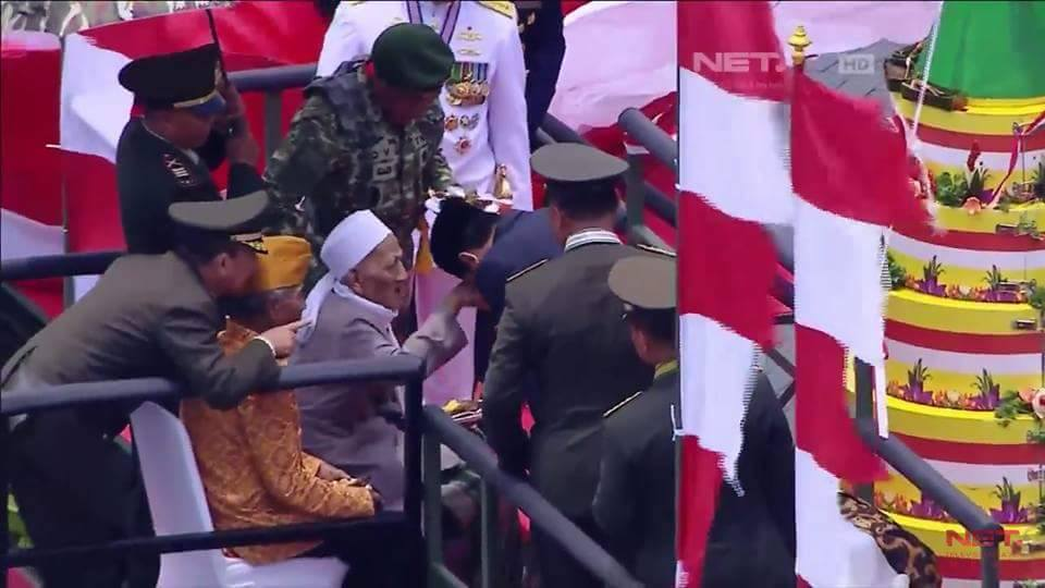 Image result for Mengharukan jokowi cium tangan veteran kiai NU pada peringatan HUT TNI