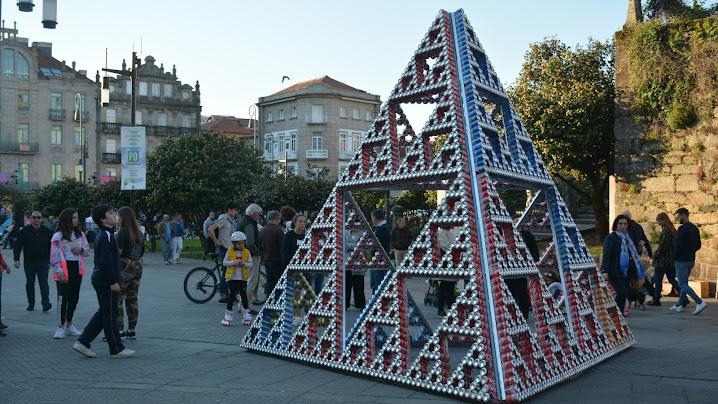 Pirámide de Sierpinski realizada con latas de refresco
