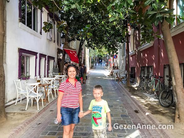 tarihi asansöre çıkan Dario Moreno sokağında oğlumla, İzmir