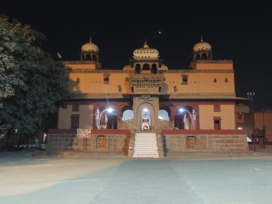 "<img src=""laleshwar mahadev"" alt=""Front View of Laleshwar Mahadev Temple"">"