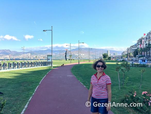 Kordon'daki yürüyüş yollarında bisiklet kiralama noktası da var, İzmir