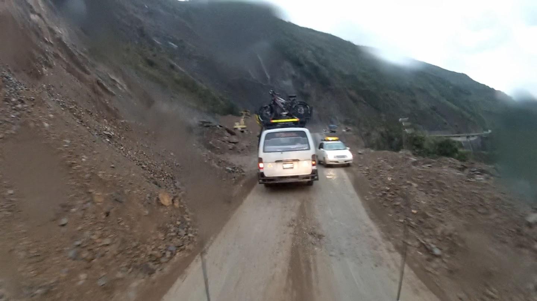 Enfrentando chuva e lama no retorno para La Paz.
