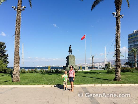 oğlumla Cumhuriyet meydanında Atatürk anıtı önünde İzmir hatırası, Konak
