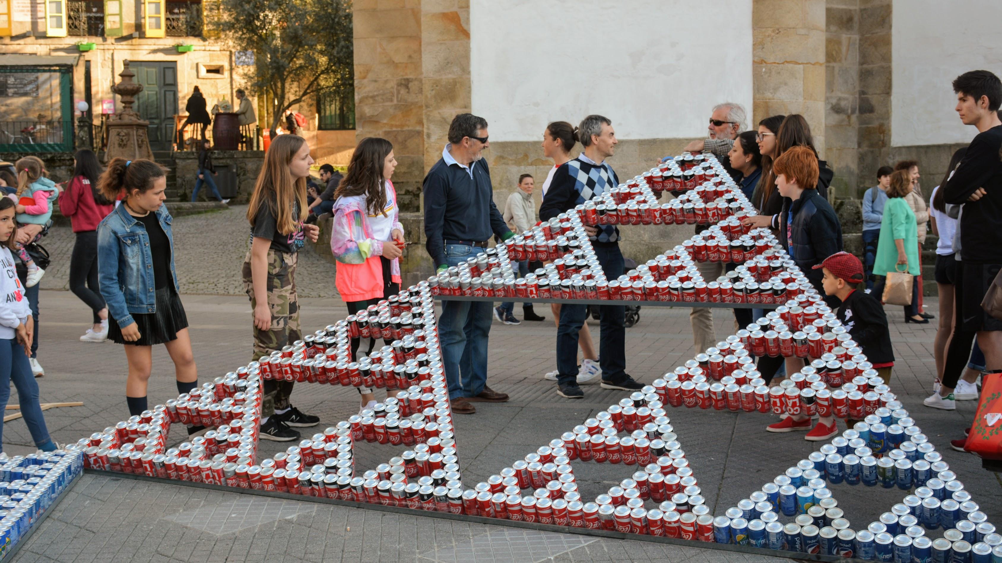 Triángulo de Sierpinski realizado con latas de refresco