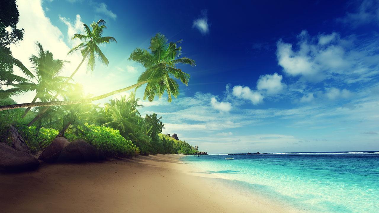 Vista del amanecer en una playa desierta
