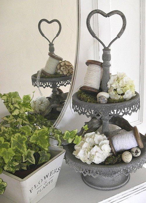 etagere dekorieren romantisch dekorierte etagere von leonie. Black Bedroom Furniture Sets. Home Design Ideas