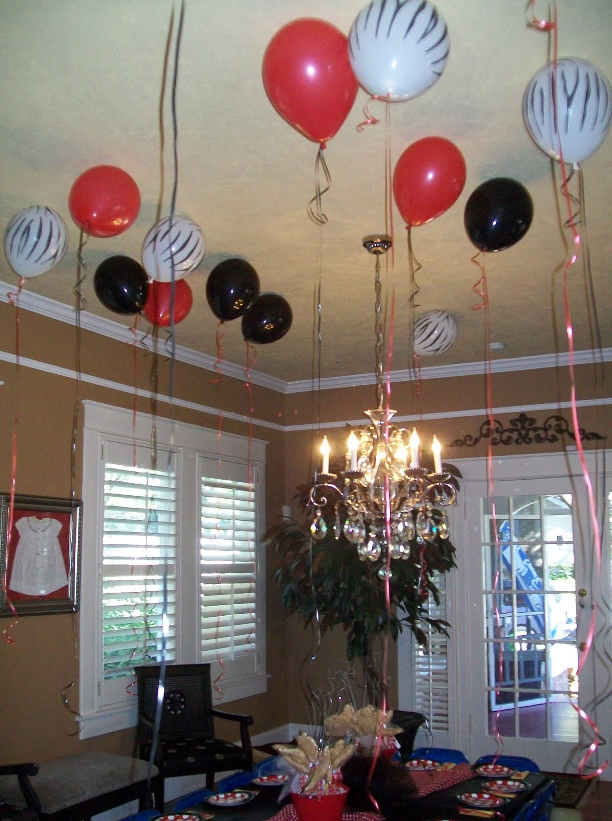 Decorating with balloons for a wedding living room for Room decor ideas with balloons