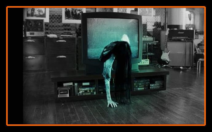 Ilustrasi Sadako keluar dari TV