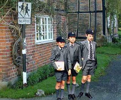 https://i1.wp.com/2.bp.blogspot.com/_0wrYsM0WLL0/RpyZRjLpZmI/AAAAAAAAAAU/6afYNF6vW3Q/s400/Boys+School+Uniform.jpg?resize=400%2C330