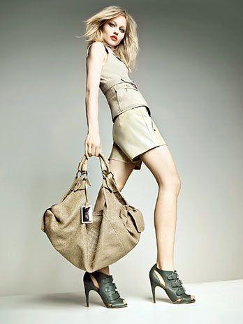 A top russa Sasha Pivovarova, protagoniza a campanha verão 2011 da marca de  calçados, bolsas e acessórios Santa Lolla, a loura posou com os olhos  destacados ... 5c78d17234