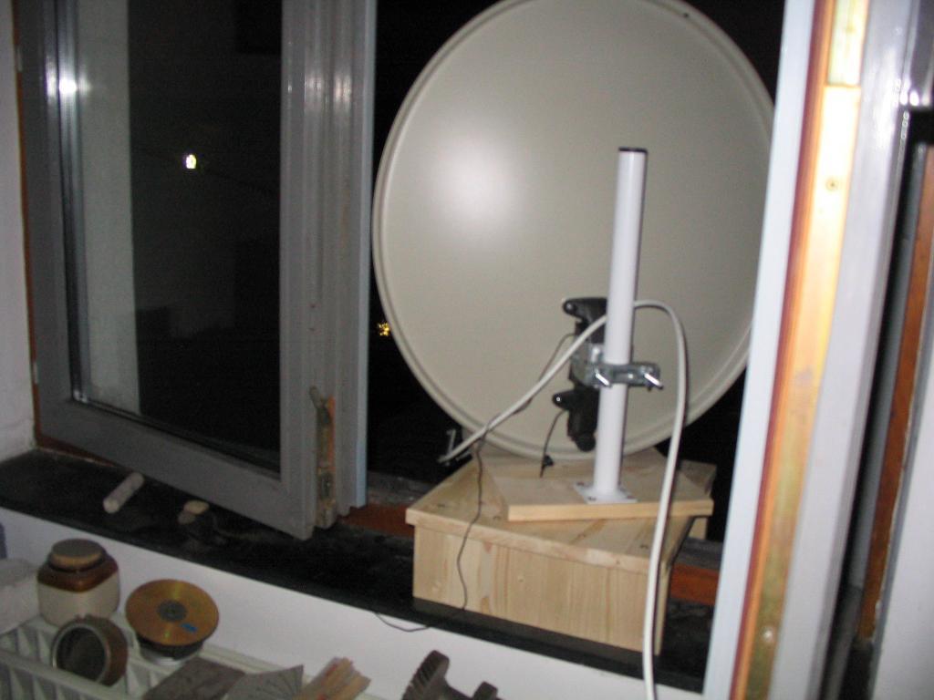 restons simple support de table pour parabole tv. Black Bedroom Furniture Sets. Home Design Ideas