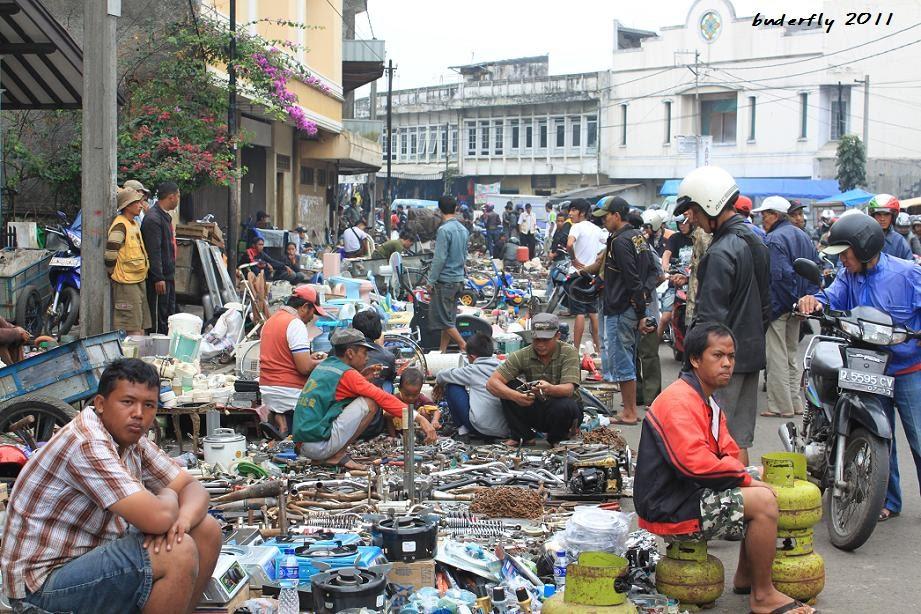 Pasar Loak Dan Barang Bekas Di Bandung