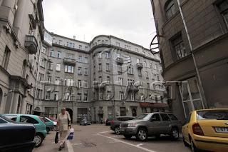 Apartemen Kwartina, tempat tinggal Ayyas bersama Yelena dan Linor