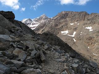 Ein erster Blick auf die Wildspitze im Anstieg zum Urkundkolm