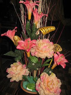Kemudian Masukkan Bunga Kedua Yang Kecil Sedikit Dari Pertama Susun Menghala Ke Atas Untuk Mengimbangi Gubahan