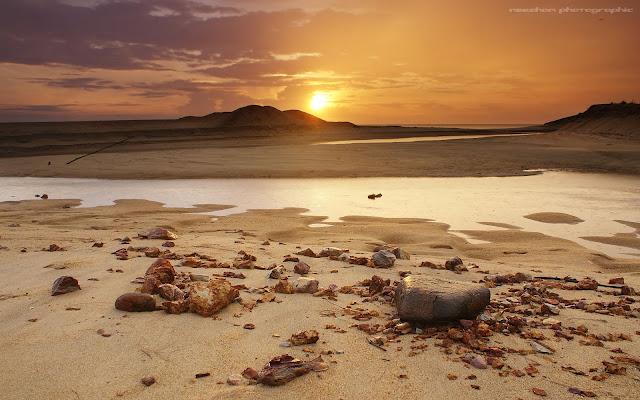 foto sunrise beserta hujan renyai-renyai di pantai Telipot