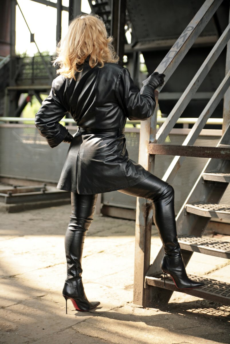Sexy mature in leather jacket jerks - 1 2