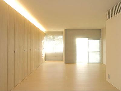 ... 700 m2 repartidos en 3 plantas y se promociona como la tienda de Muji  más grande de Europa. Siguiendo su ya tradicional estética minimalista e86ed4f274b
