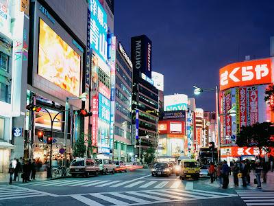 ciudad-japonesa-iluminada-en-la-noche
