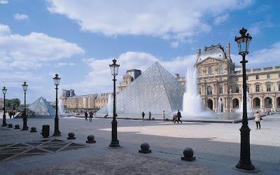 piramide-de-cristal-simbolo-del-museo-del-louvre-en-paris-francia