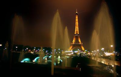 torre-eiffel-en-paris-iluminada