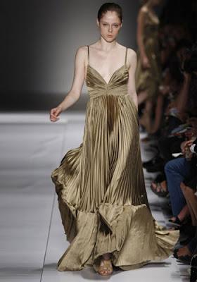 f78c46e139 Esta es la foto del desfile de Loewe, cuando presentó la colección  primavera – verano 2008. Tiene muchos vestidos preciosos, pero este sin  duda es el que ...