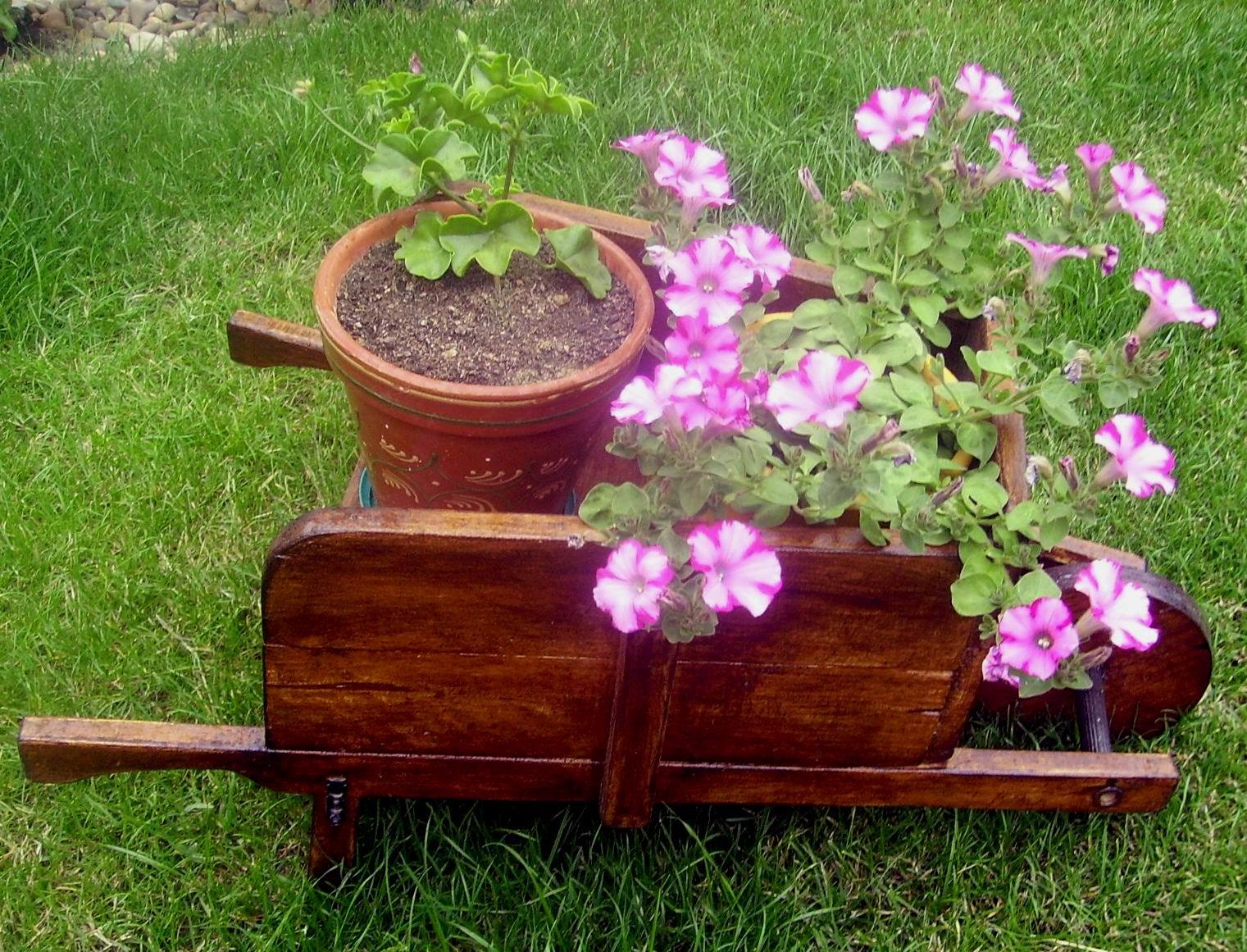 La bit cora de tini carretilla de madera for Guarda cosas para jardin