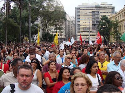Manifestantes aloprados insulfrados pelos comunistas infiltrados no magistério. Notem as bandeiras vermelhas dos comunistas.