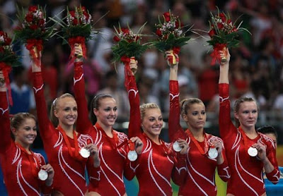 US women with their silver medals