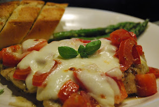 Cecilie i forstaden: Mozzarellagratinert kylling med tomat og pesto