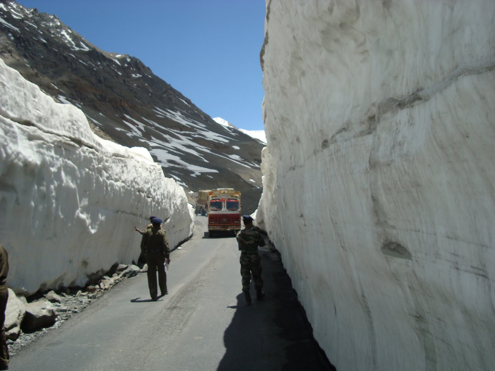 The News Himachal BRO starts snow clearing on Manali-Leh ... |Rohtang Pass Weather