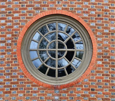 round window in Colonial Williamsburg Capitol