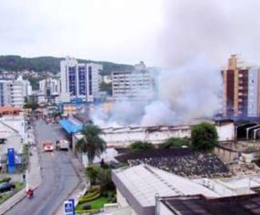 036fd5b32 Incêndio destrói parcialmente supermercado