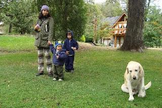 eu, meninos e cachorro no gramado da cabaña La Estancia