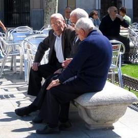 Hombres adultos mayores platicando