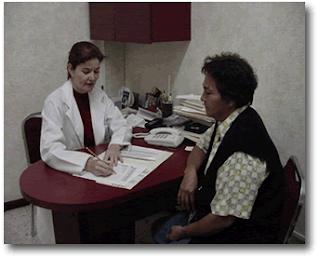 Médica entrevistando a paciente