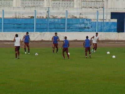 af0386ea4fb4a 17 33 - Faltam 27 minutos para o jogo e começa a chover sobre os gramados  do Estádio Aluízio Ferreira em Porto Velho.