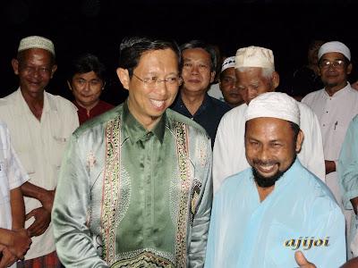 Ketua Kampung Changkat Larang, Sdr Parvis mengiringi DS Nizar
