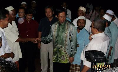 DS Nizar disambut hadirin sebaik tiba dirumah Allahyarham Roslan Shaharum