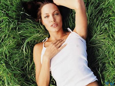 Sara Sampaio Slams Paparazzi, Body Shamers After Topless