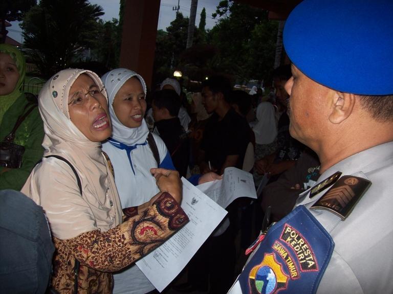kediri setelah tiga jam menduduki balai kota kediri tuntutan
