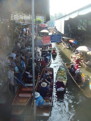 DAMNOEN SADUAK FLAOTING MARKET IN THAILAND