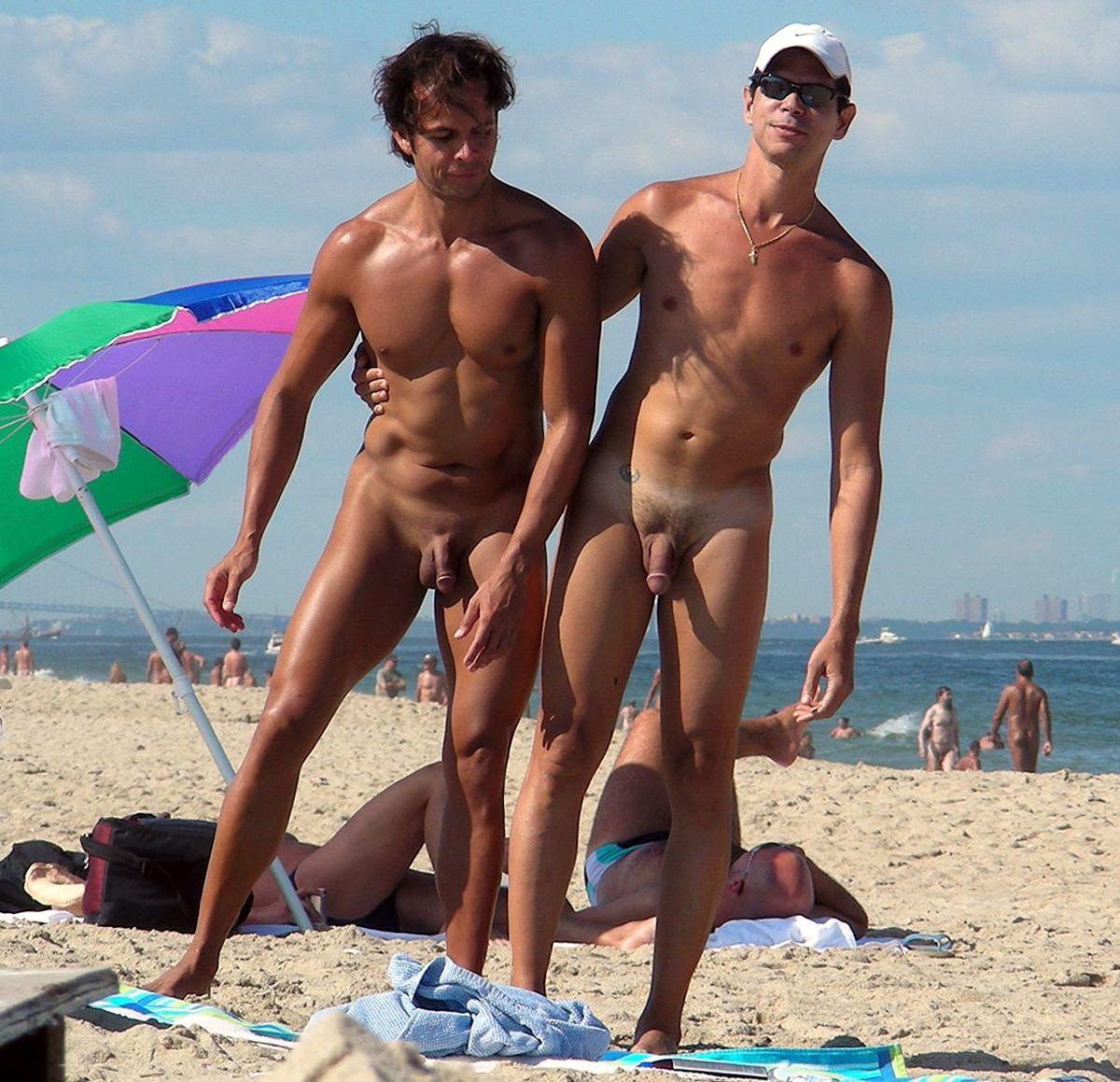 голые малыши на пляже