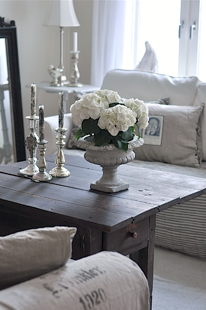 vintage chic hvit hortensia i stua white hydrangea in the living room. Black Bedroom Furniture Sets. Home Design Ideas