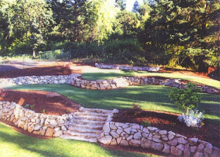 teren in panta, curte in panta, deal, zid de sprijin, zid de sustinere, pamant, piatra naturala, piatra fara mortat, gradina