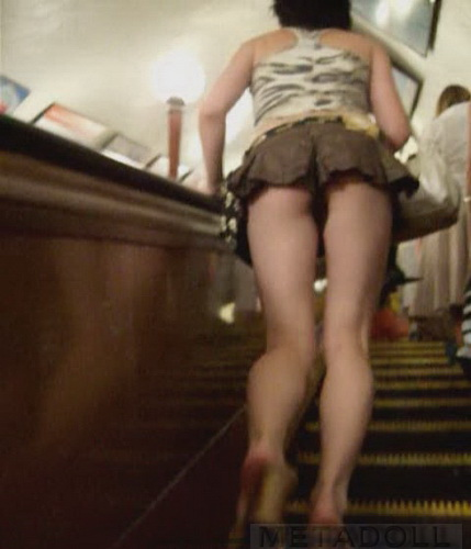 в метро лезут под юбку мыла