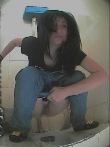 Скрытые камеры в института туалете
